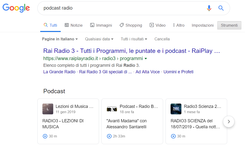 Una serp di Google che mostra anche risultati Podcast